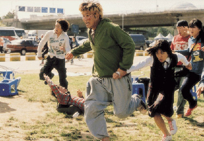 Gang-du (SONG Kang-ho) and his daughter Hyun-seo (KO A-sung) running from the monster